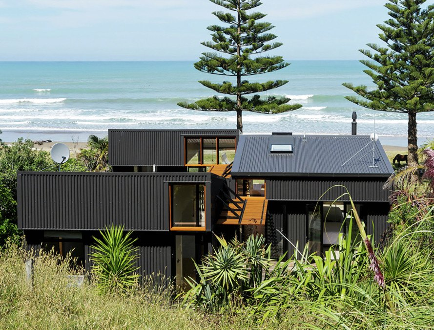 Low impact offset shed house is a modern beach home in new for Design house architecture nz