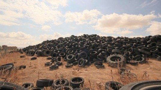 CÚMUL, tires, Seseña, ONA by CÚMUL, Rivas-Vaciamadrid, Cultura de la Calle Festival, upcycled tires, tires graveyard, tires sea, Seseña tires, tire dumpsite Spain, Spain ghost town, tire dumpsite, recycled tires, tire art, art installation, tires