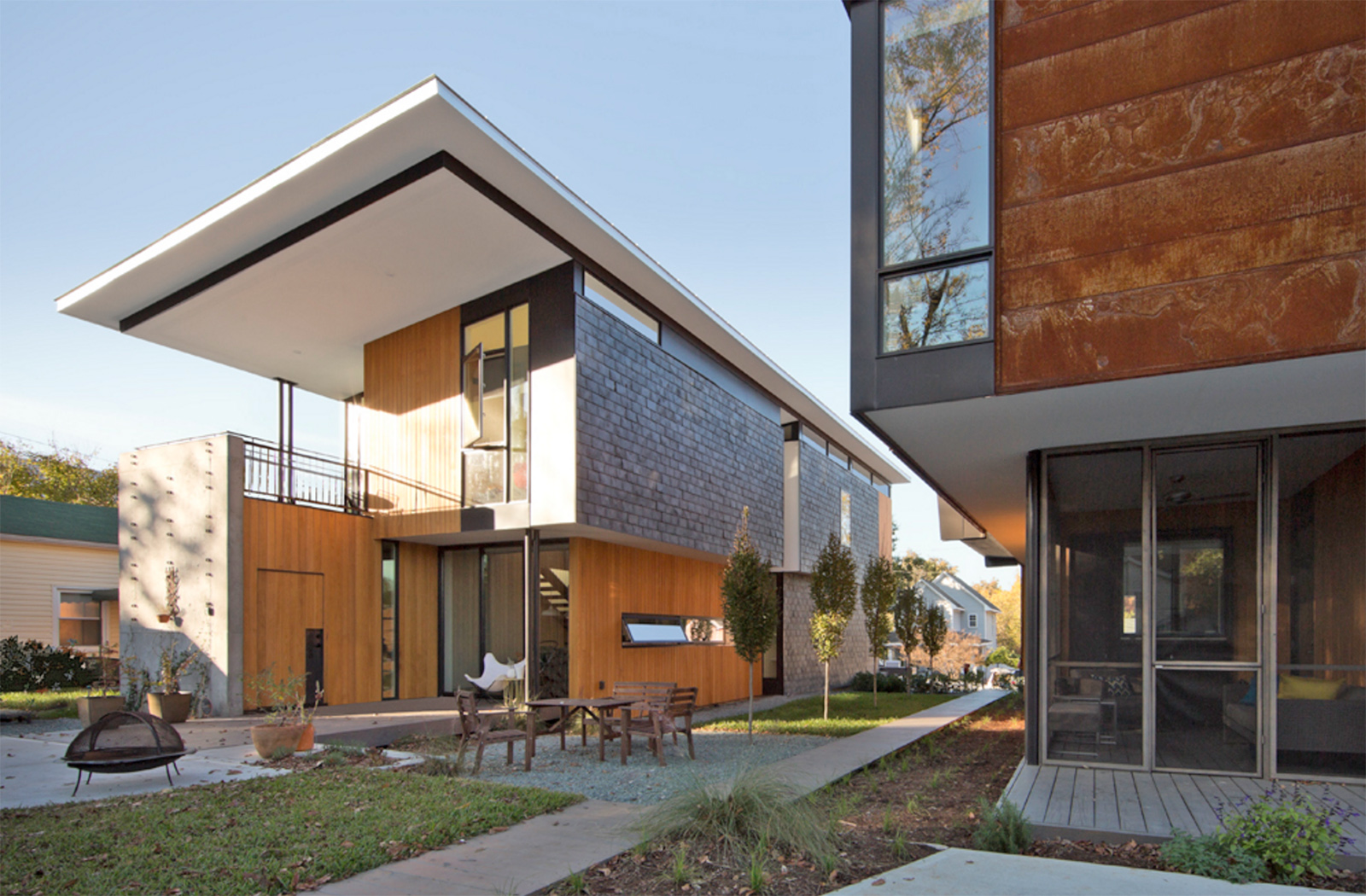 Two compact modern homes fill challenging empty lots in an for Modern home construction