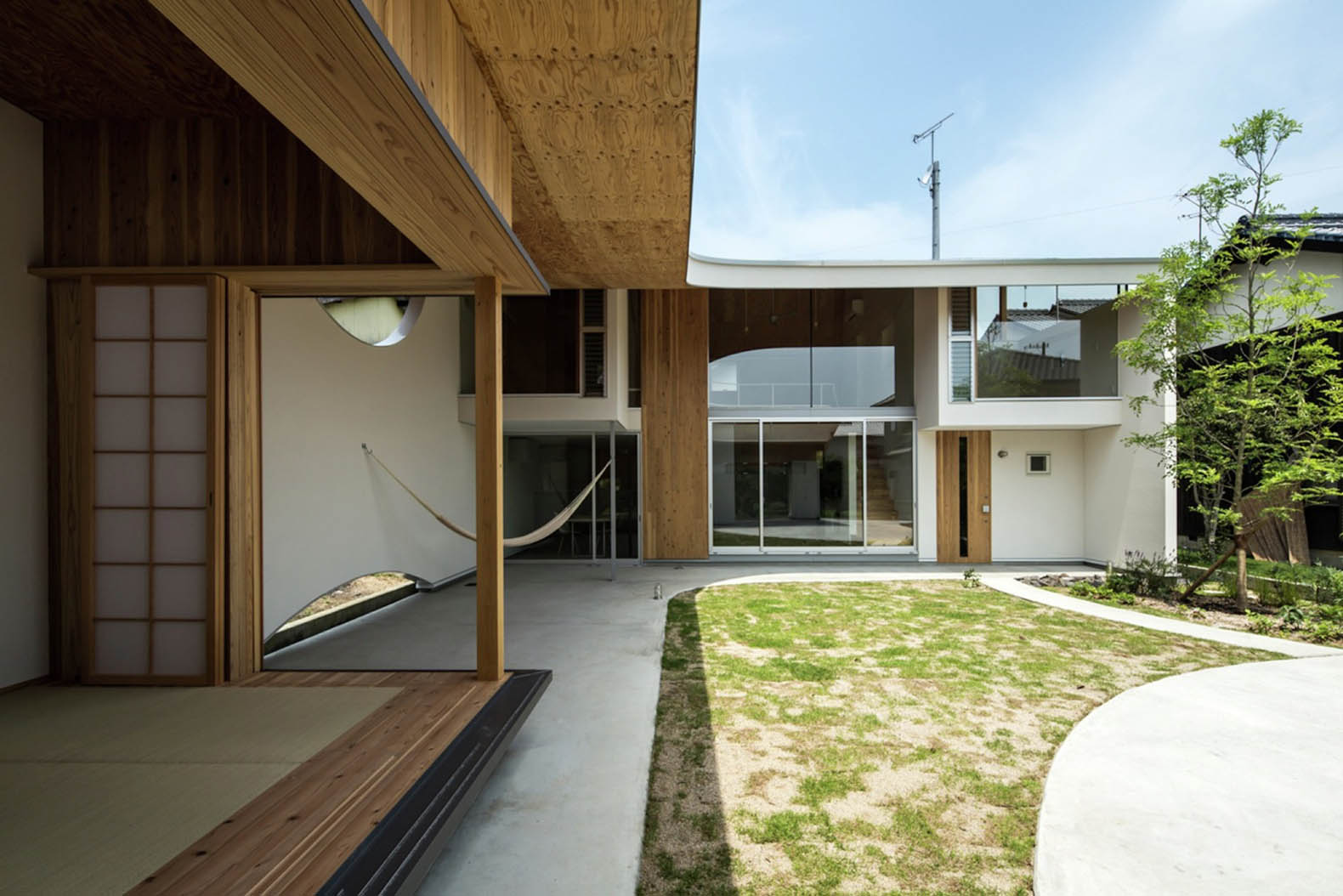 A gentle blanket-like roof covers the daylit interiors of this ...