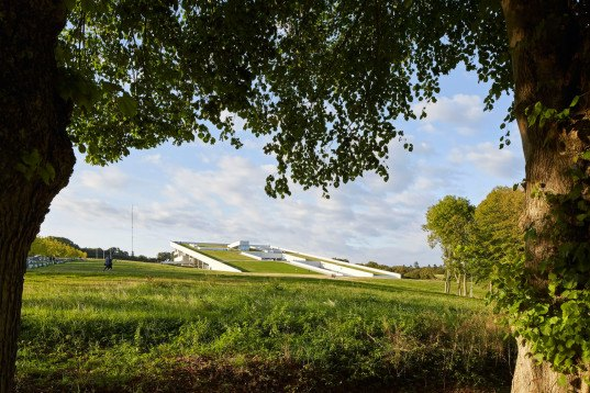 green design, eco design, sustainable design, Aarhus, Denmark, Moesgdaard Museum, Henning Larsen Architects, submerged architecture, grassy roof, sloping roof