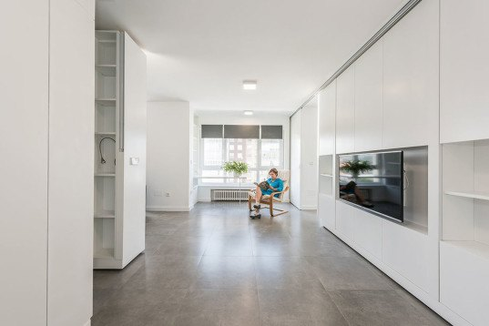 Rotating walls and transformable furniture make two rooms - Tabiques moviles para viviendas ...