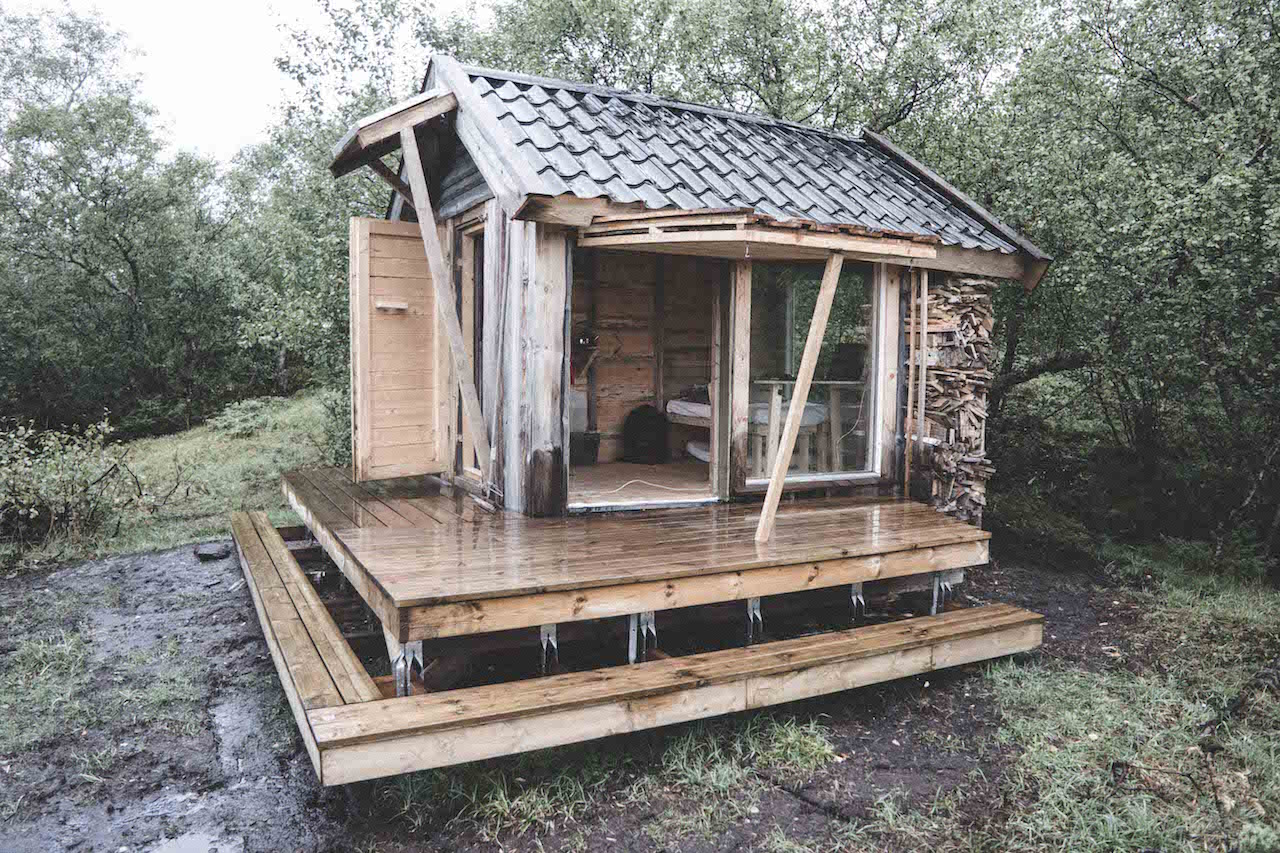 Architecture student builds a tiny solar-powered cabin from recycled materials