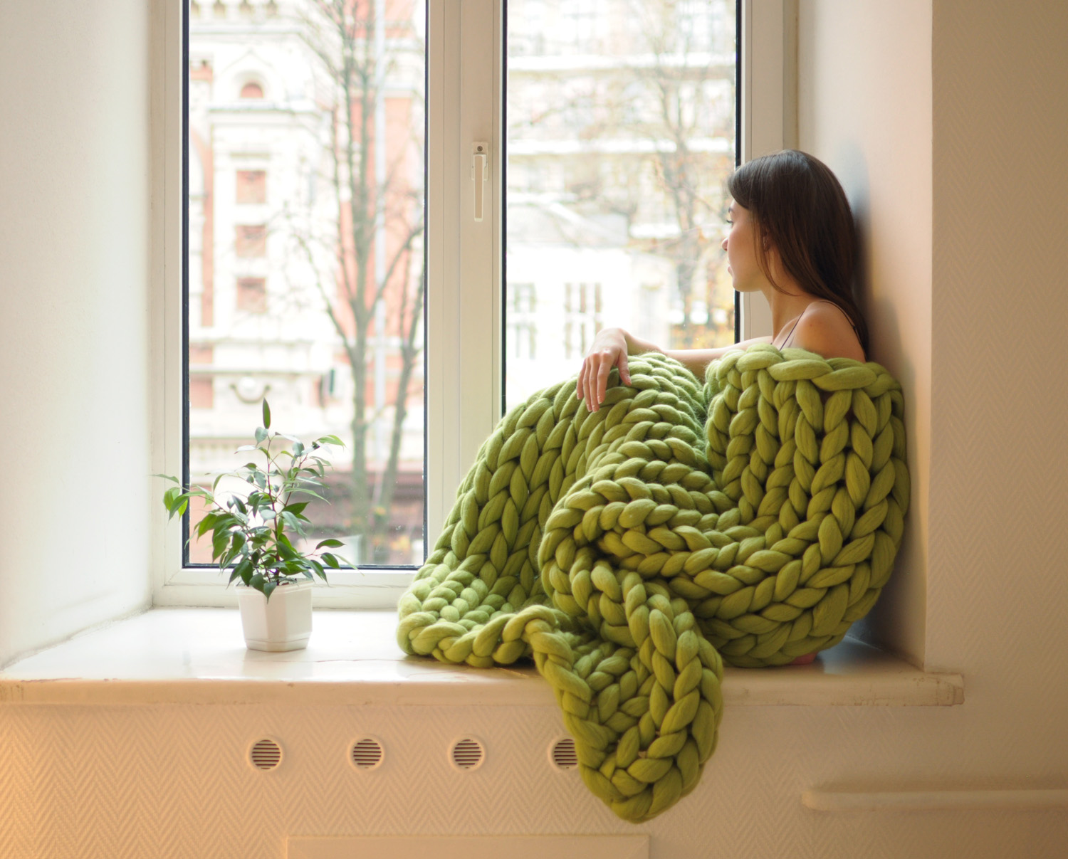 super chunky hand knit blankets are the epitome of cozy. Black Bedroom Furniture Sets. Home Design Ideas