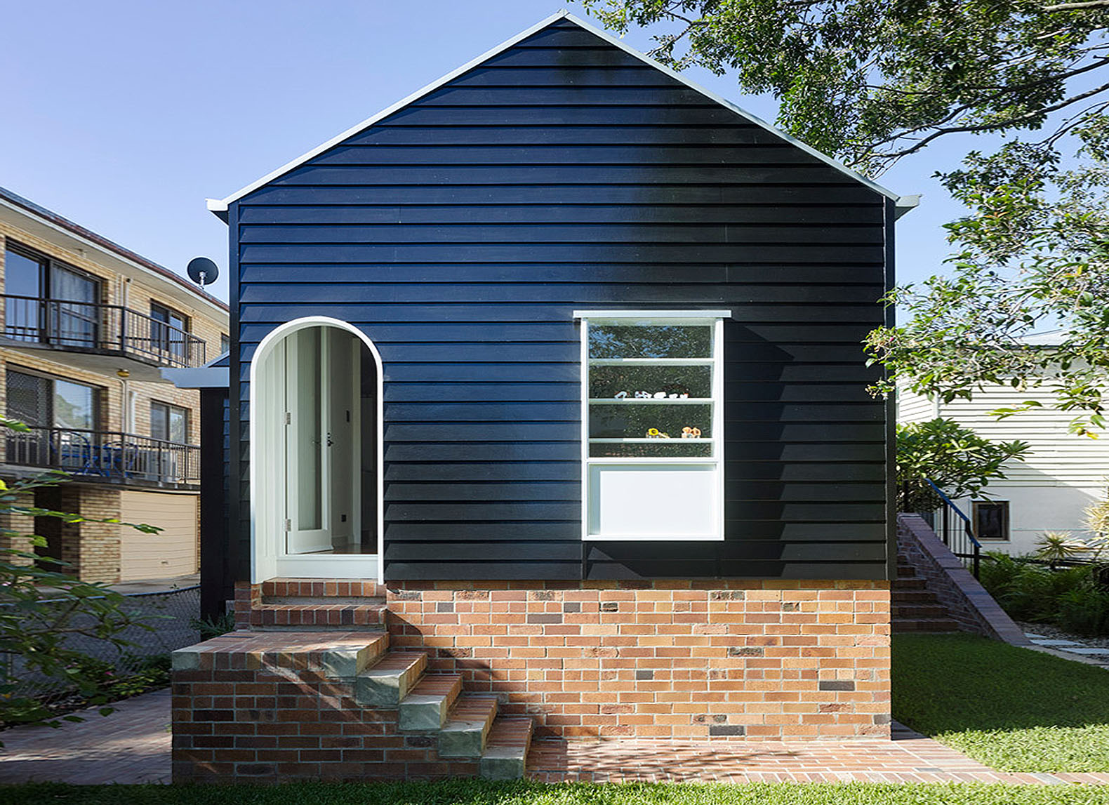 Pre War Queensland Bungalow Gets A Modern Makeover And Cottage Like Extension