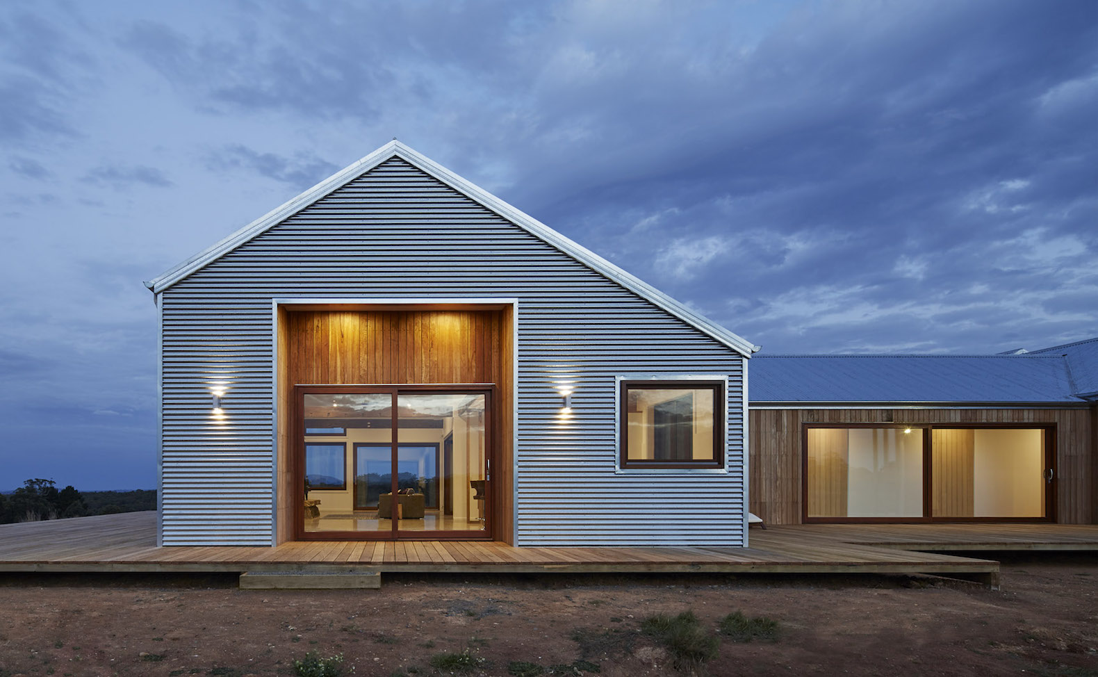 Beautiful contemporary farmhouse harnesses all of its for Small modern farmhouse