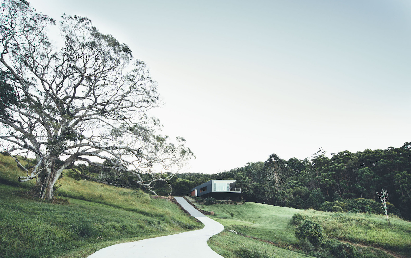 Cantilevered solar home overlooks breathtaking views on Australia\'s ...