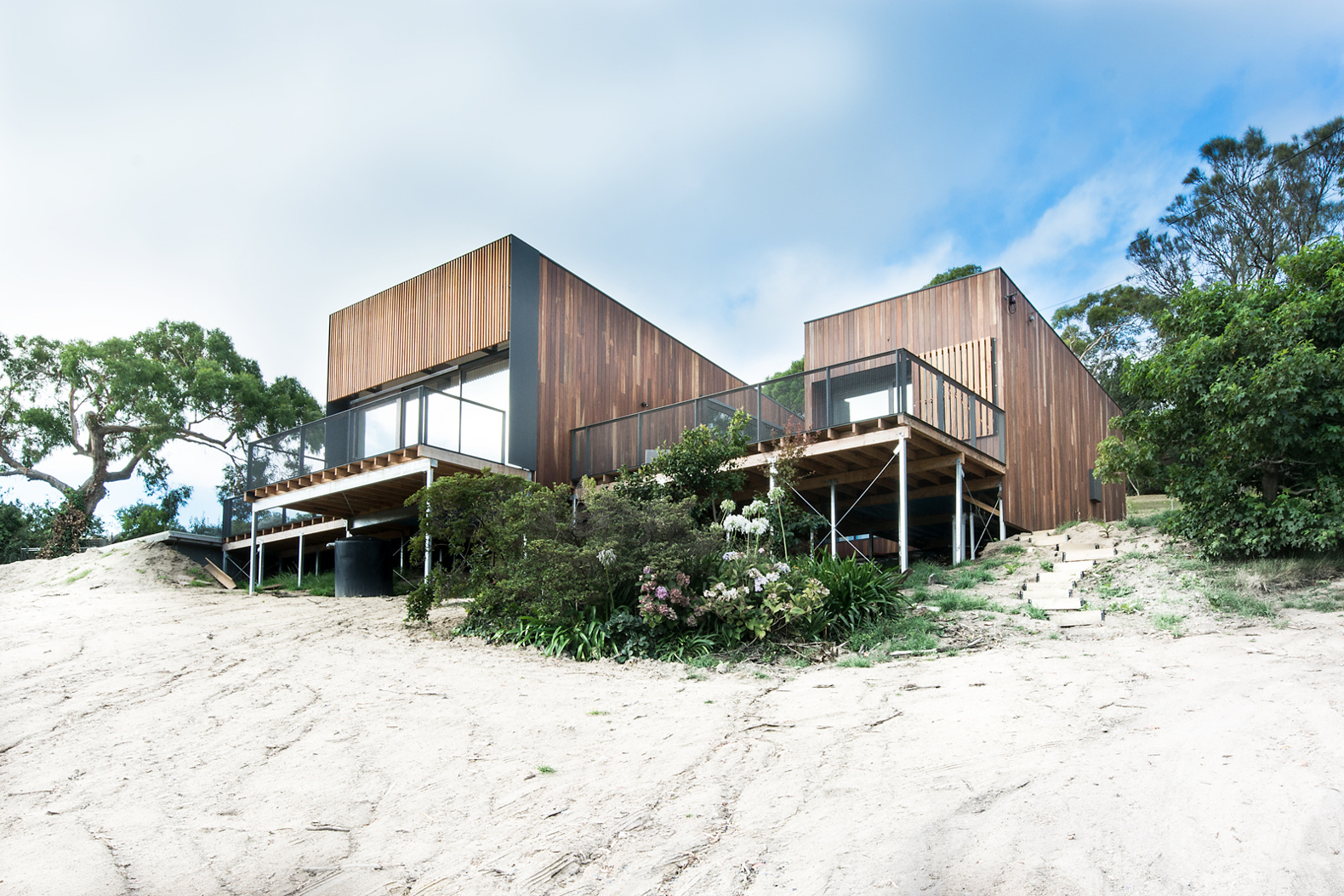 Australian Beachfront Willow Home Boasts Solar Panels And Rainwater  Collection