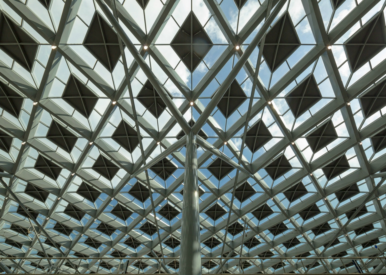 Architects cover hague railway station with trippy diamond for Glass roof design
