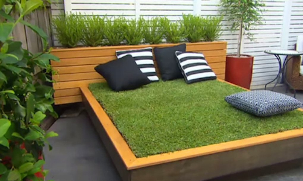 Diy garden guru makes outdoor grass daybed out of wood for Outdoor pallet daybed