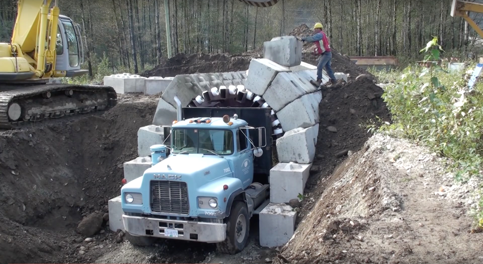 """Crazy """"zipper truck"""" snaps LEGO-like bricks together to build a tunnel in 24 hours"""