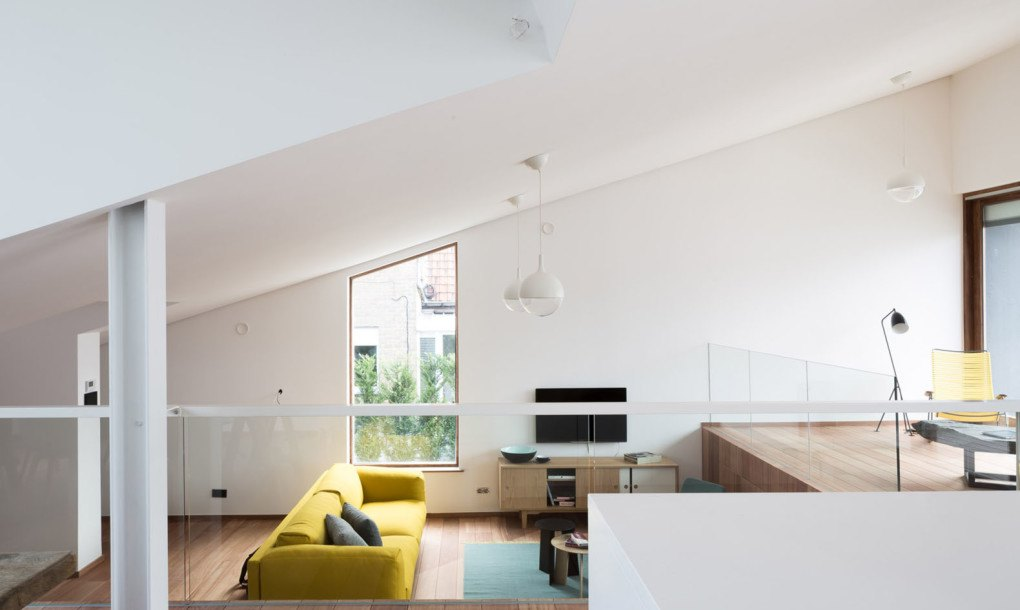 A sloping green roof hides the split level interior of Belgium\'s ...