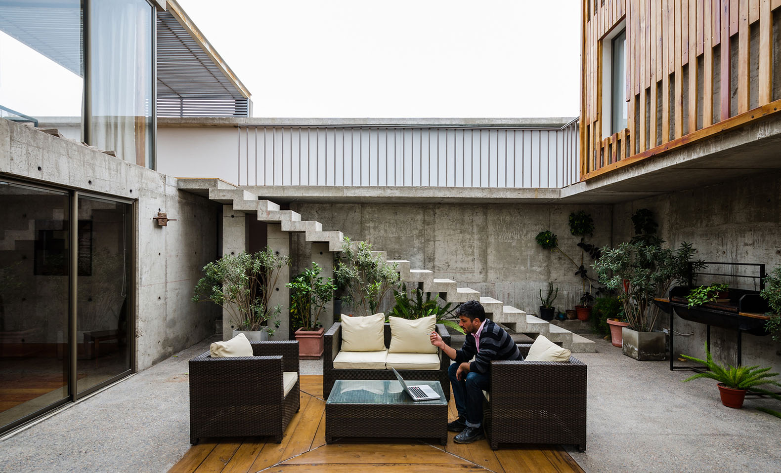 Gorgeous jardines del sur house combines concrete glass for Jardines del sur 3