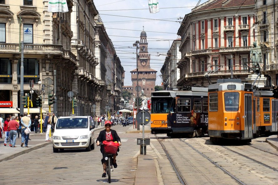 milan, italy, cycling, bicycle infrastructure, commuting, air pollution, smog, europe