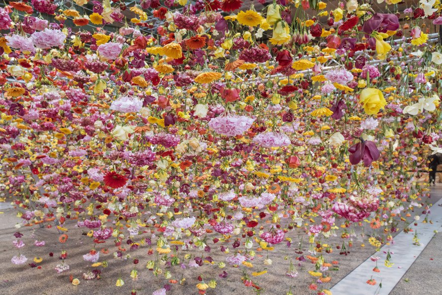 Garten, Garten by Rebecca Louise Law, Rebecca Louise Law, Bikini Berlin, art installation, flowers, spring, art, hanging flower art installation, Tollwasblumenmachen.du