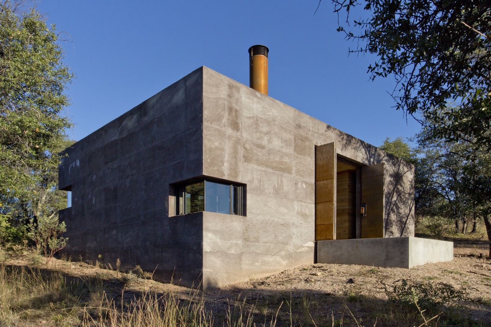 Building off grid homes - Off Grid Bunker Like Vacation Retreat Hides A Surprisingly Chic Interior