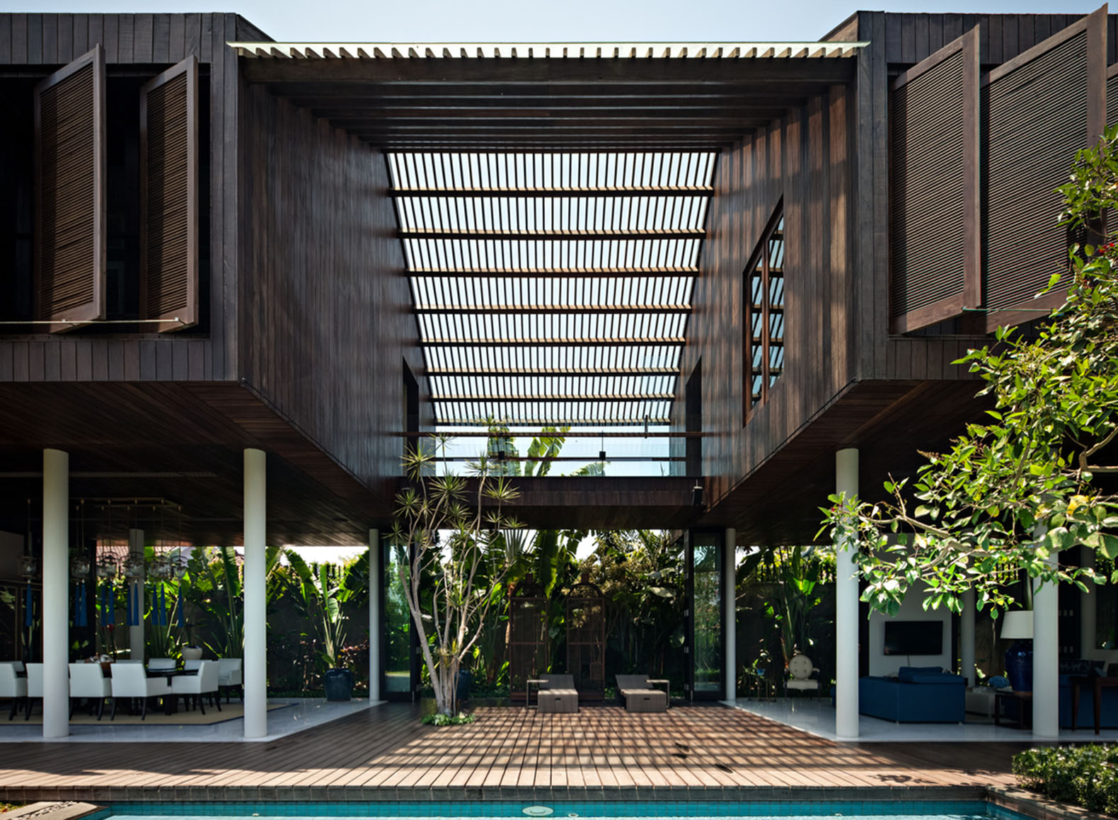 Wooden Dra House In Bali Shuns Western Aesthetics For An