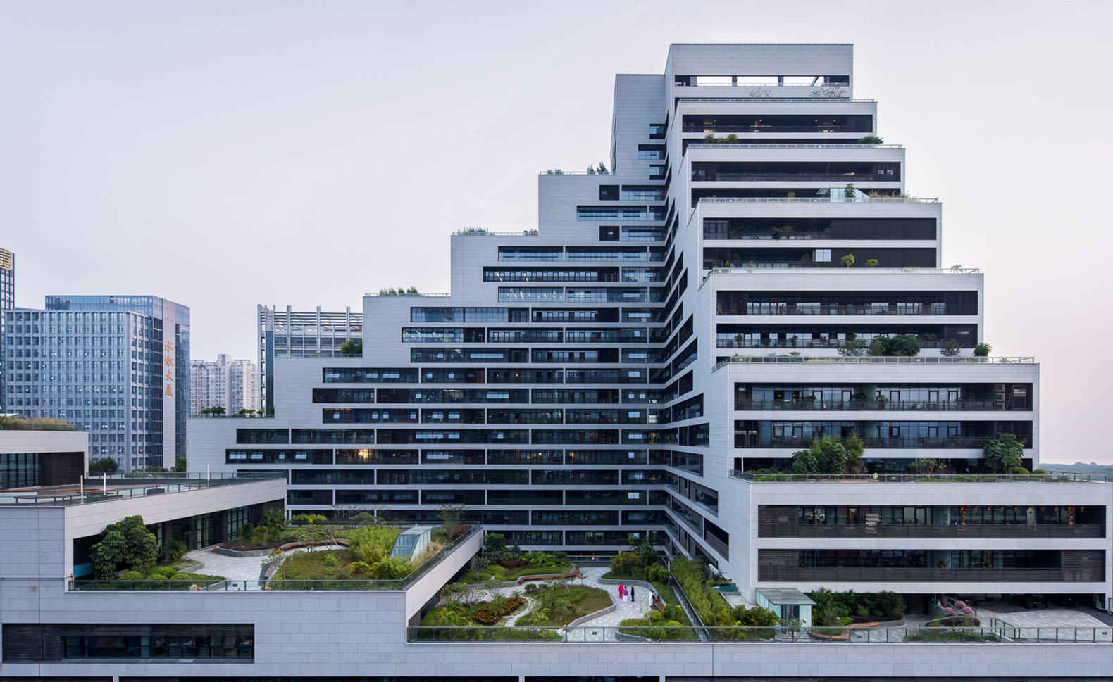 Cascading shenzhen office building luxuriates under a for Building design