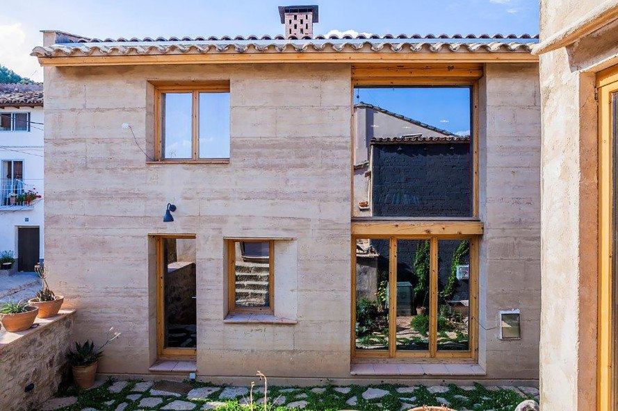Ayerbe rammed earth home, rammed earth home in Spain, Spanish rammed earth home, earth homes halve CO2 emissions, Àngels Castellarnau, Edra Arquitectura,