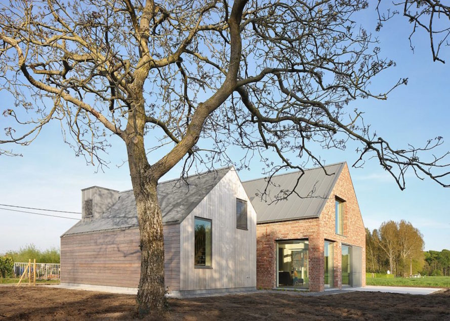 Aartrijke House by Atelier Tom Vanhee, farmhouse renovation project, contemporary farmhouse, modern farmhouse renovation, solar-powered farmhouse, solar-powered renovation,