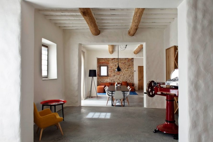 Renovated 19th Century Tuscan Farmhouse Hides Modern Stylish