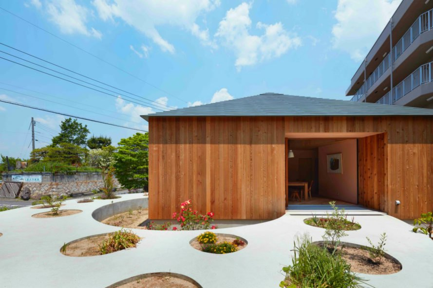 House in Mukainada, Fujiwaramuro Architects, Cedar homes, garden homes, green space, round homes, round structures, earthen floor, Japanese dogwood trees, nature-inspired design, timber homes, round timber homes, timber designs, home design, interior design,