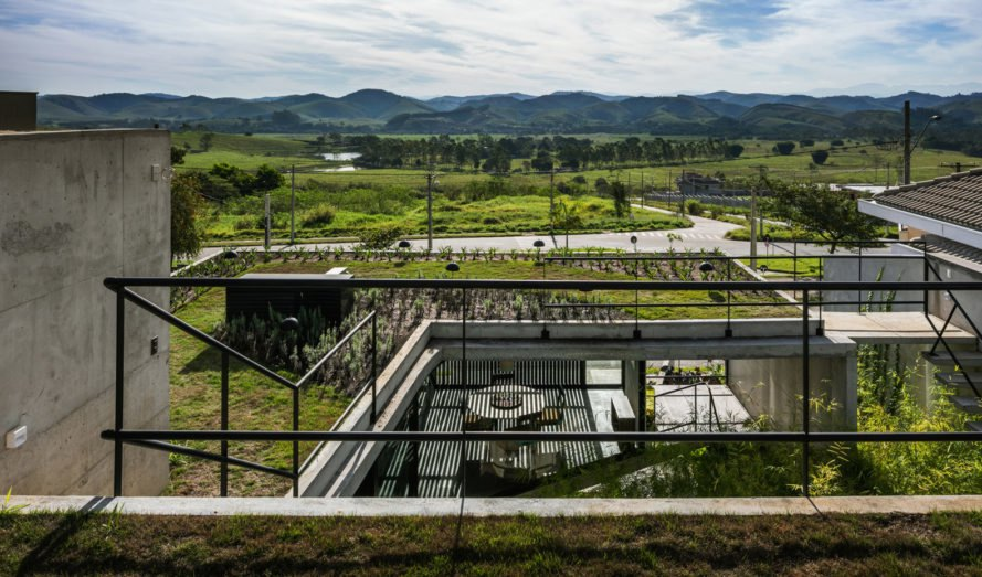 LEnS House, Obra Arquitetos, patio, Brazil, green roof, green architecture, glass facade, vegetation