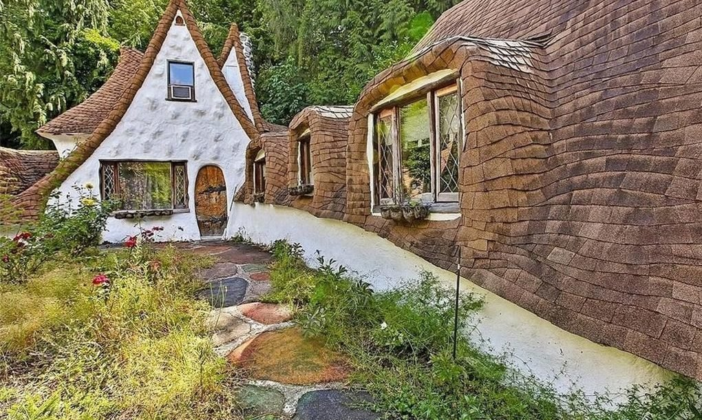 Whimsical cottage straight out of snow white can be yours for Piani casa bungalow storia singola