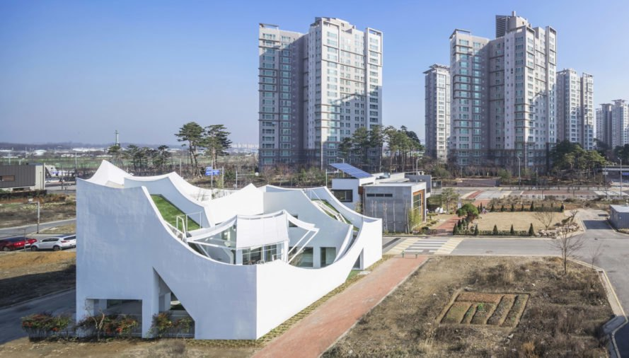 Flying House, IROJE KHM Architects, courtyard, South Korea, green roof, green architecture, concrete, affordable architecture, canopy