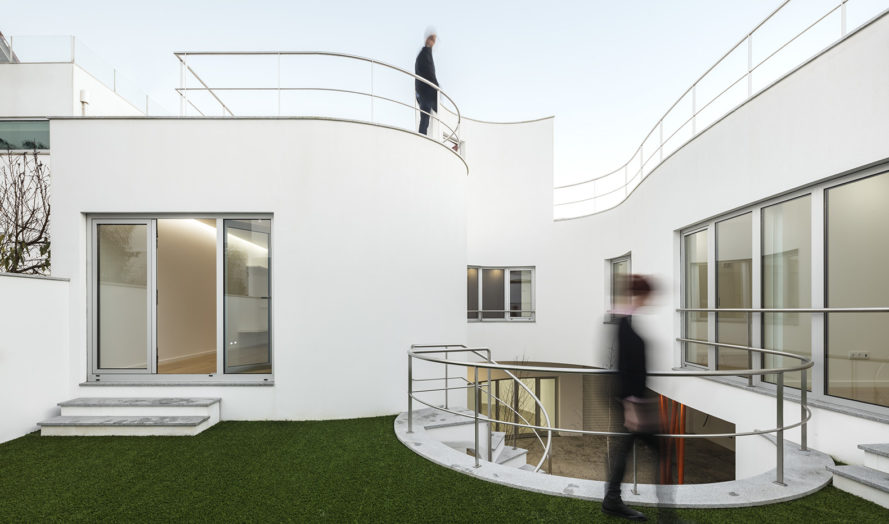 House L27, curved walls, Portugal, rooftop terrace, dIONISO LAB, green patio, green architecture, storage spaces, minimalist architecture, masterplan