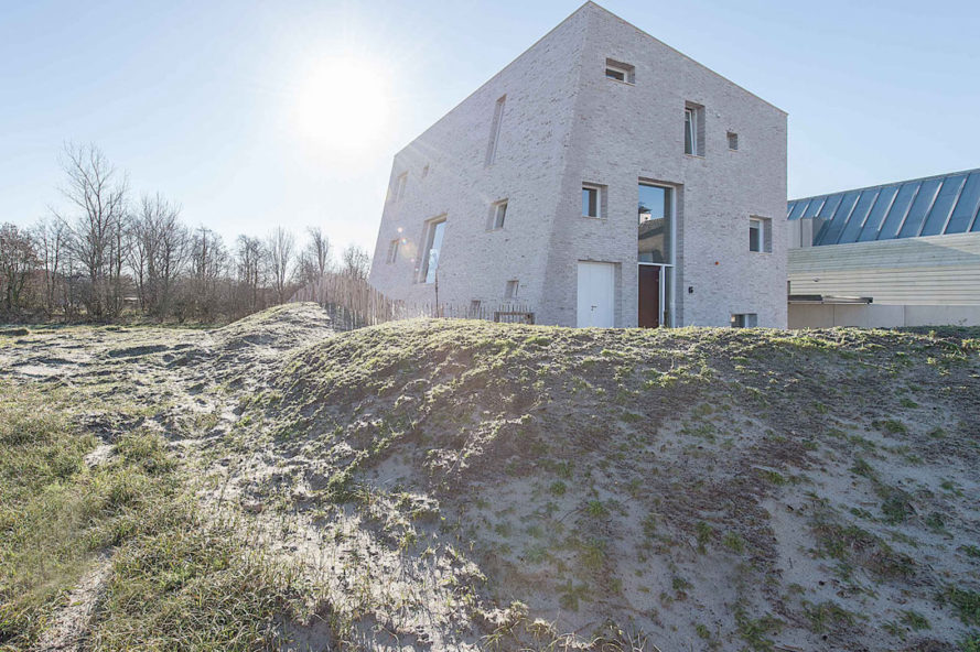 House as a Rock by Global Architects, House as a Rock in the Netherlands, rock-shaped architecture, boulder-like architecture, house in the dunes, architecture in dune landscape, sustainable architecture in the netherlands, minimalist and modern Dutch homes