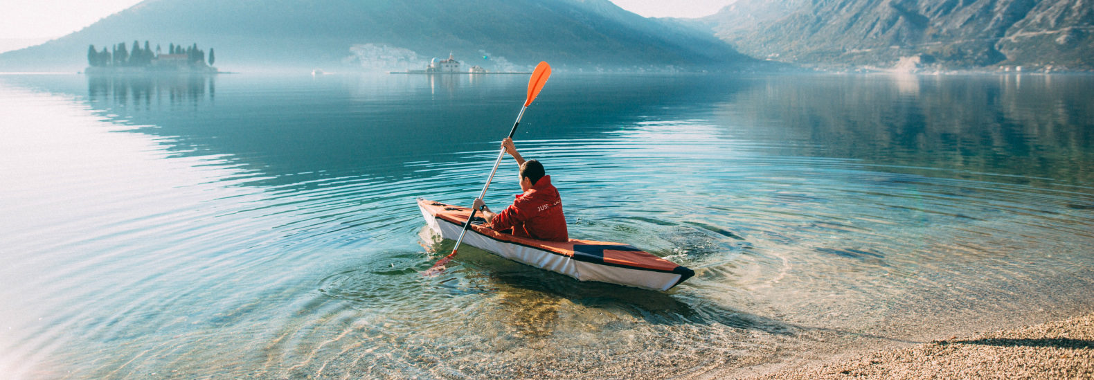 Foldable, lightweight kayak assembles in 10 minutes
