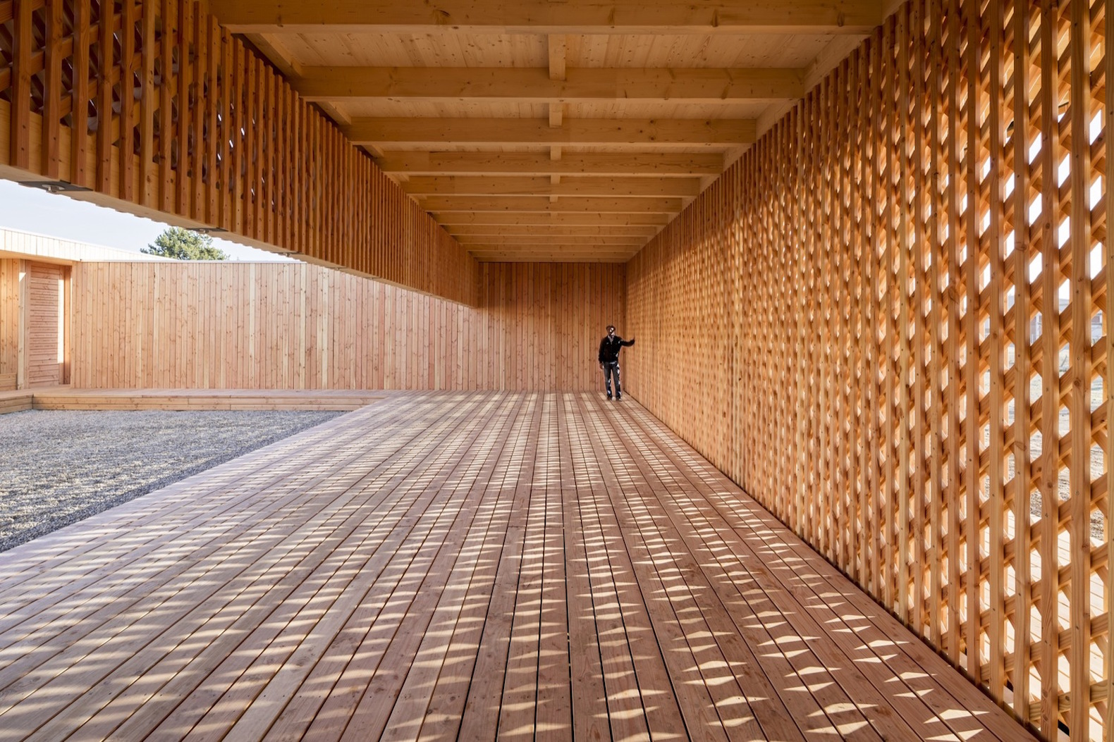 German architecture students and refugees build a beautiful timber community center
