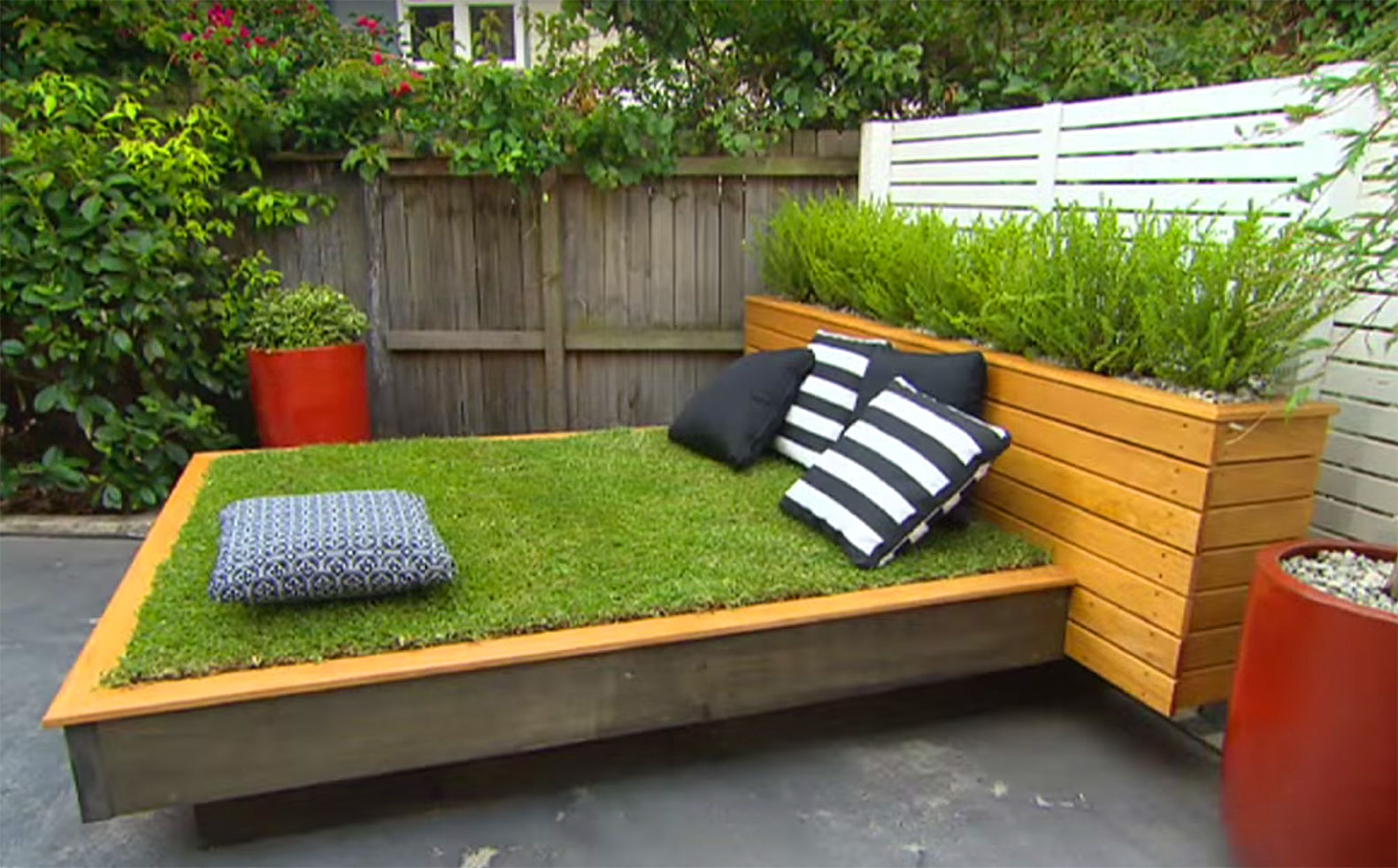 How to make an amazing grass daybed out of wood pallets for How to make a pallet daybed