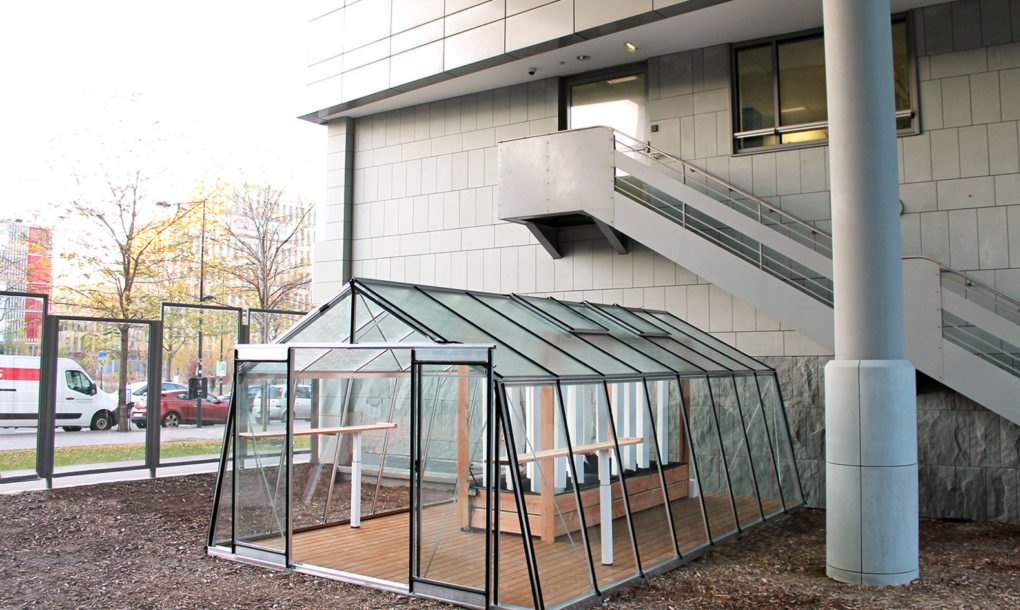 Solar Powered Aquaponic Greenhouses Grow Up To 880 Lbs Of