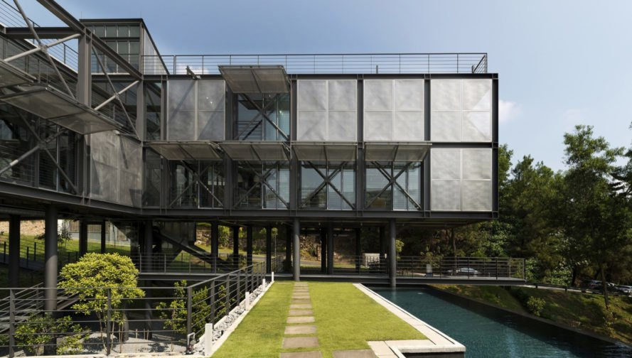 Cantilever House, Design Unit Sdn Bhd, stainless steel, Malaysia, green roof, rainforest, Kuala Lumpur, green architecture, courtyard, swimming pool, natural ventilation, glass facade
