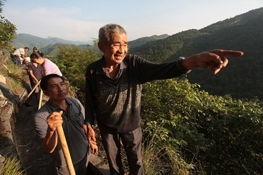 Man spends 36 years carving through mountains to bring water to his village