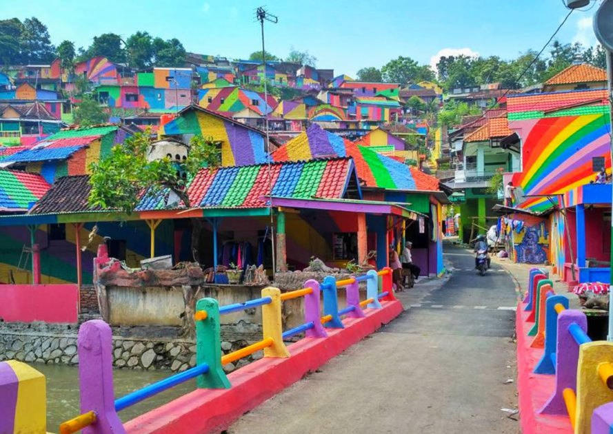 Rainbow village in Indonesia, rainbow village, Kampung Pelangi, Kampung Wonosari, art community projects, community projects that stimulate the economy, Instagram worthy places in Indoesia, rainbow village Semarang