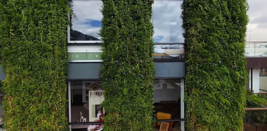 The world 39 s largest vertical garden blooms with 85 000 for Paisajismo urbano