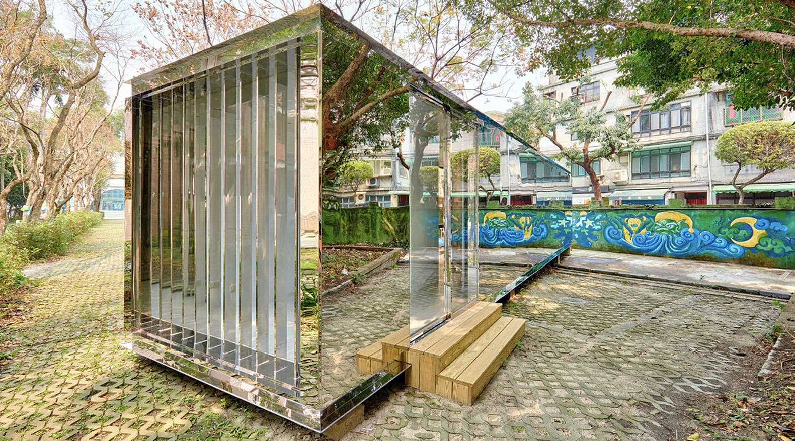 Mirrored shipping container building reflects its natural for Construction container maritime