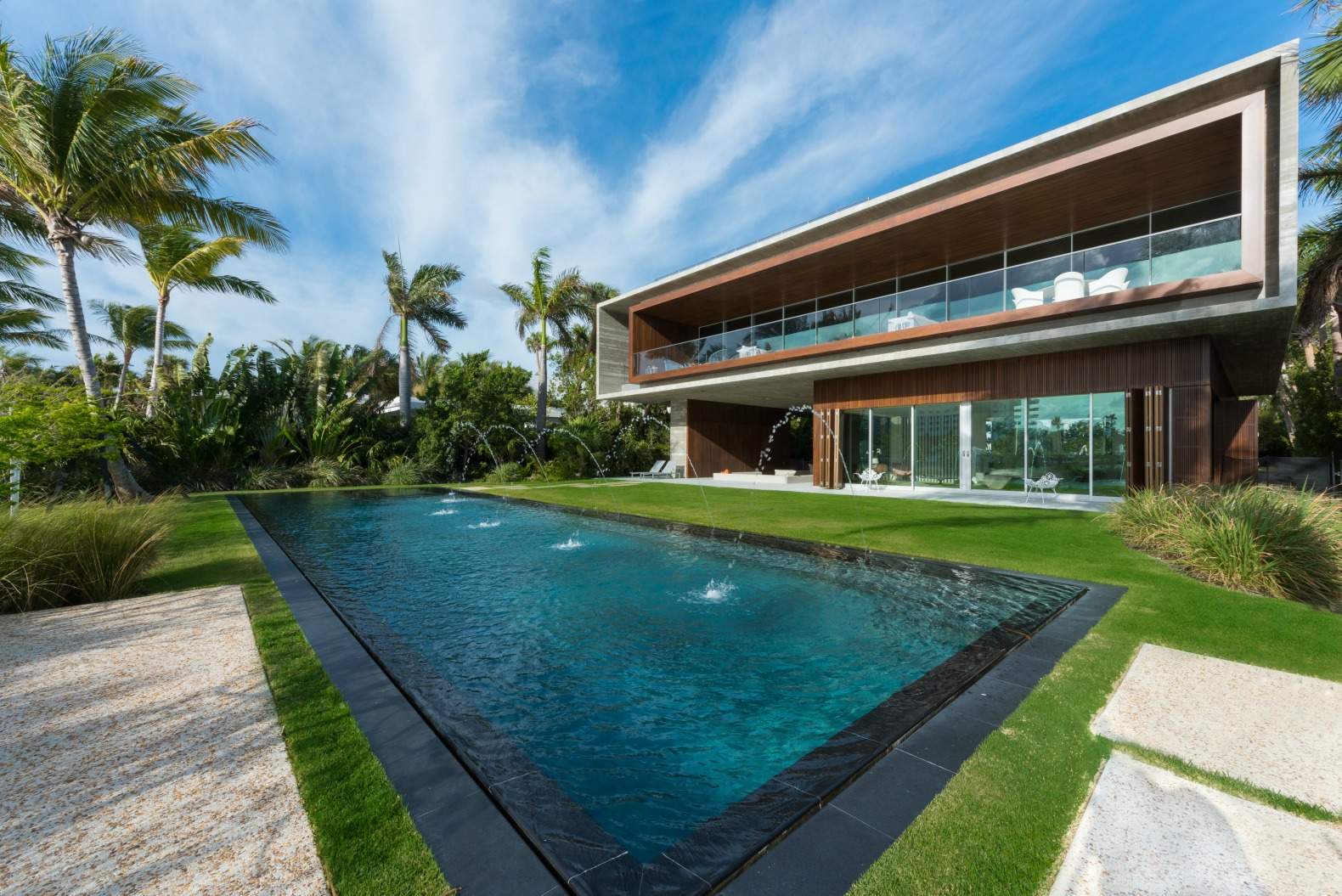 This tropical paradise home has an all natural swimming for Jardines lujosos