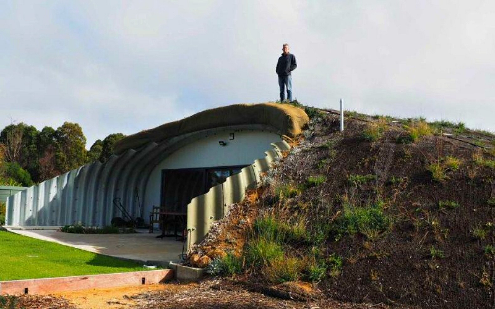 This earth sheltered australian hobbit home stays cozy all for Earth sheltered structures