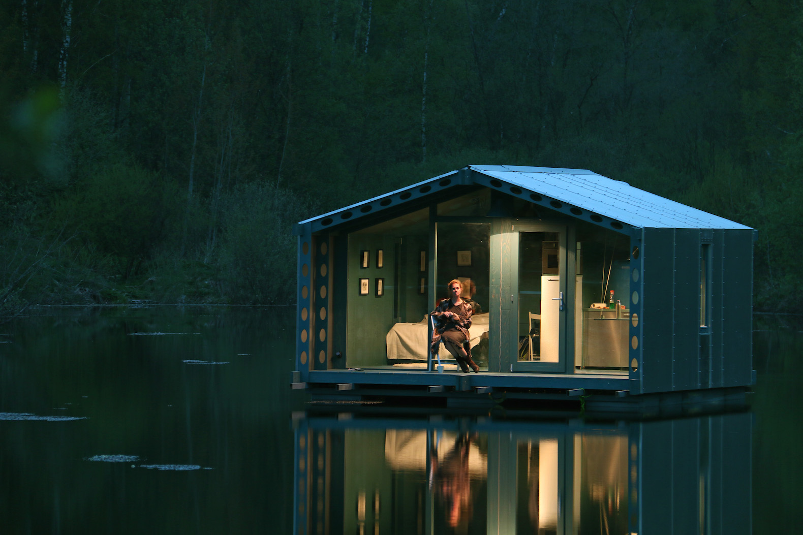 Merveilleux Compact Floating Cabin Pops Up In Extreme Remote Locations