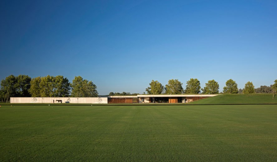 Figueras Stables by Estudio Ramos, Figueras Stables in La Pampa, Figueras Stables Argentina, Figueras Stables architecture, green-roofed stables, green-roofed polo stables, contemporary stables architecture,