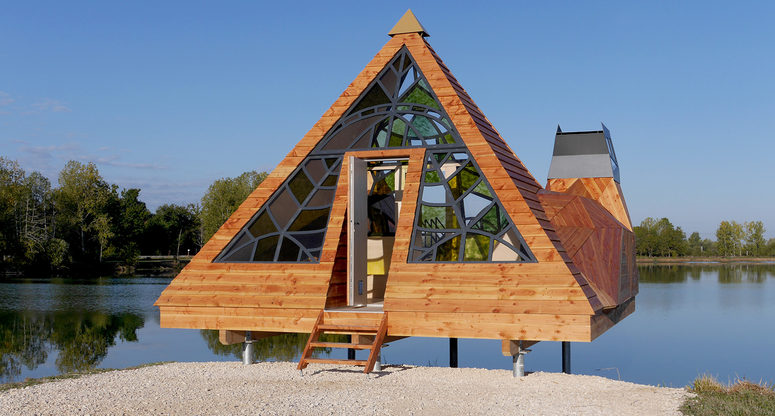 Meditative lakeside Prism Cabin reveals Bordeaux through ...