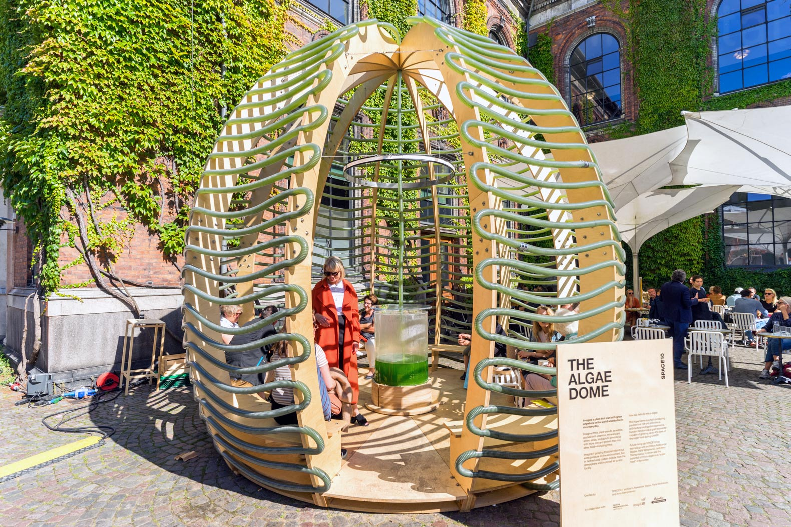 Incredible Algae Dome absorbs sun and CO2 to produce superfood and oxygen