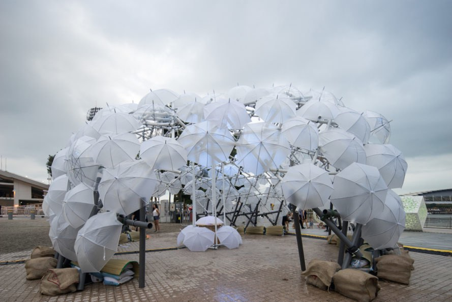 Dande-lier by Colours: Collectively Ours, Dande-lier installation, light art i Light Marina Bay, art installation lighting Singapore, PVC pipe installation, umbrella art installation