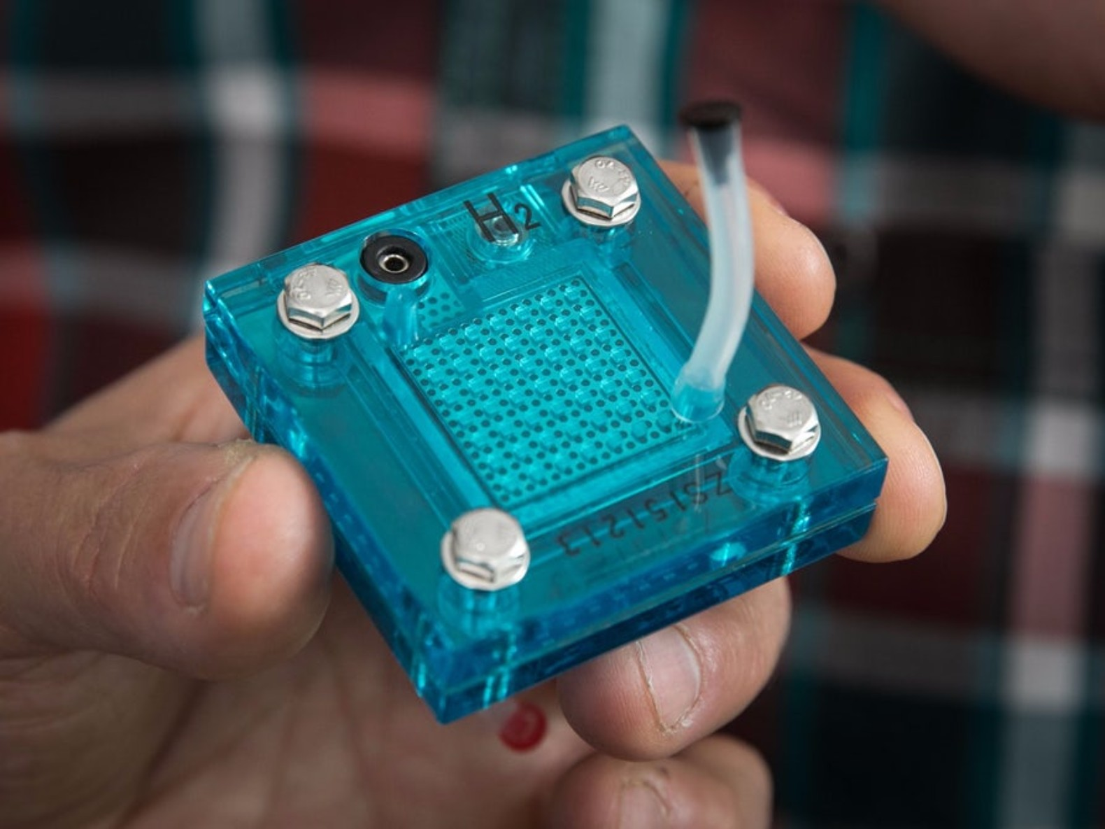 Affordable new device uses solar energy to produce hydrogen and electricity
