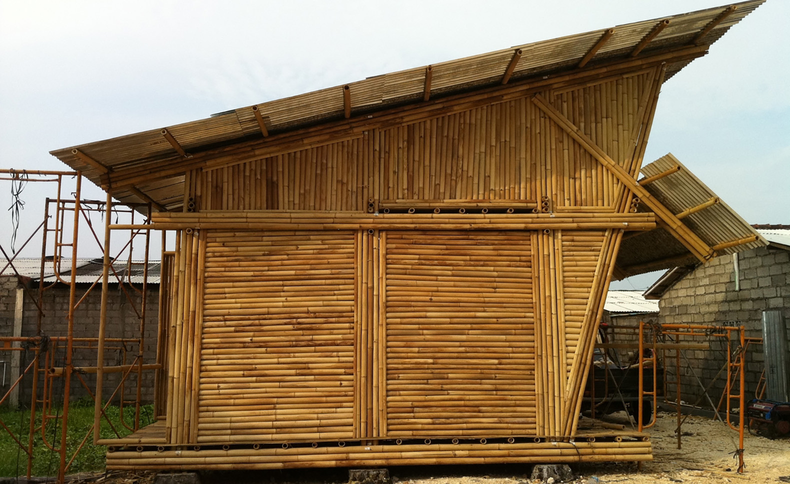 bamboo housing Housing design permits good ventilation to cool the environment during the hottest months of the year highs ceiling protect the structure and the walls from the sun and rain one thousand to 1,200 six-meter bamboo posts or stalks are needed to build each house.