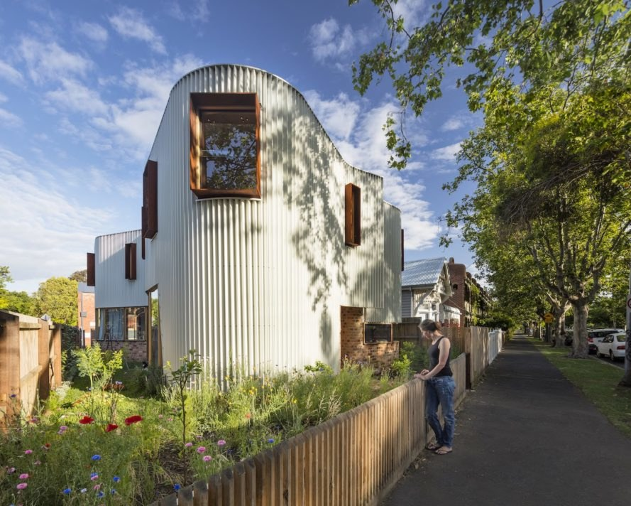True North by TANDEM Design Studio, pleated steel facade, renovated stables, stables house project, TANDEM Design Studio, curvaceous homes, buildings on triangular plots, insulated double brick construction,